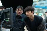 映画『SEOBOK/ソボク』(7月16日公開)モニタを確認するコン・ユ(右)(C)2020 CJ ENM CORPORATION, STUDIO101 ALL RIGHTS RESERVED