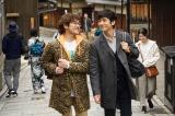 2人きりの京都旅行を楽しむシロさん(西島秀俊/右)とケンジ(内野聖陽/左)。八坂通りにて=劇場版『きのう何食べた?』(11月3日公開)(C)2021 劇場版「きのう何食べた?」製作委員会