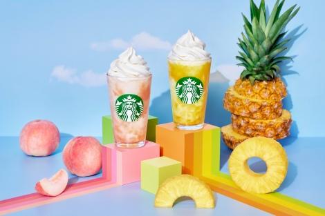 (写真左より)8月4日発売のスターバックスの新作『GO ピーチ フラペチーノ』『GO パイナップル フラペチーノ』