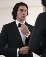 第74回カンヌ国際映画祭のオープニングに全身バーバーリーで登場したアダム・ドライバー (C)courtesy of Getty Images