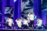 表題曲「REAL」でハグダンスを披露するJO1 (C)LAPONE ENTERTAINMENT