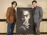 鈴木亮平(右)が描いた松坂桃李(左)演じる刑事・日岡の肖像画=『孤狼の血』(8月20日公開)(C)2021「孤狼の血 LEVEL2」製作委員会