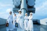 椎名林檎と浮雲がトランク型アナログプレイヤー「再生装置」を手にする東京事変