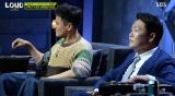 ほぼ同時にボタンに手を伸ばす(左から)J.Y.Park、PSY両プロデューサー=dTV『LOUD』第3話