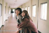 桜井玲香が岡崎紗絵に抱きつく仲良しショット(C)2021「シノノメ色の週末」製作委員会