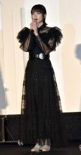 真っ赤なリップ&ブラックの透け感ドレスで登壇 (C)ORICON NewS inc.