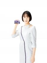 日本初となる医療用と同量配合されたせき止め薬「メジコンせき止め錠Pro(第2類医薬品)」を手にする山本美月