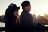 自転車にのる佐薙(小松菜奈)と高坂(林遣都)=映画『恋する寄生虫』(11月12日公開) (C)2021「恋する寄生虫」製作委員会