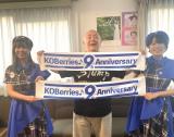 神戸発アイドルユニットのKOBerrieS♪の9周年を祝福した松村邦洋(中央)