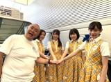 昨年、行われた神戸発アイドルユニットのKOBerrieS♪の8周年ライブに出演した松村邦洋(左)
