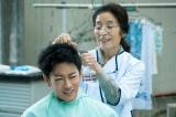 遠島けい(倍賞美津子)に髪を切ってもらう利根(佐藤健)=映画『護られなかった者たちへ』(10月1日公開) (C)2021映画「護られなかった者たちへ」製作委員会