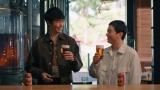 『SPRING VALLEY 豊潤<496>』新CM「スプリングバレー 感動体験」篇に出演する(左から)長谷川博己、染谷将太