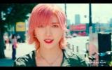 ピンク髪が映える岡田奈々=AKB48が出演するABCマートのWEB CM「ニューバランス327 Walking Dance篇」より