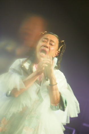 24年ぶりにCharaになりきって歌う木梨憲武=『Chara's Time Machine:30th Anniversary Live』より Photo by 岩澤高雄