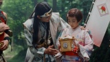 au三太郎シリーズ最新作TVCM「新しいきびだんご」篇に出演する(左から)松田翔太、村山輝星