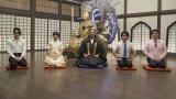(左から)ROLAND、山之内すず、住職(秋山竜次)、マヂカルラブリー(野田クリスタル、村上) (C)NHK