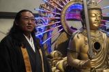 怪しい住職(秋山竜次)と謎の仏像モンジュさま(SHELLY) (C)NHK