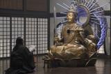 怪しい住職(秋山竜次)と謎の仏像モンジュさま(SHELLY) =『ヘイ!モンジュ!〜迷えるわたしに教養を〜』9月27日、NHK総合で放送 (C)NHK
