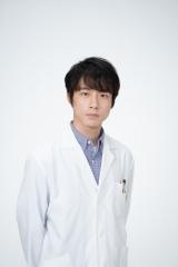 菅波先生を演じている坂口健太郎 (C)NHK
