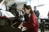 映画『そして、バトンは渡された』(10月29日公開)ピアノ演奏に挑む永野芽郁(メイキング写真)(C)2021 映画「そして、バトンは渡された」製作委員会