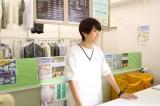 麻衣子のパート先のクリーニング屋のアルバイト・佐々木誠(高橋文哉)(C)テレビ東京