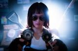 白いタンクトップを着て武器を装備した勇ましいマリ(清野菜名)=中元雄監督作品『死霊軍団 怒りのDIY』映画製作プロジェクト『DIVOC-12』 (C)2021 Sony Pictures Entertainment (Japan) Inc.