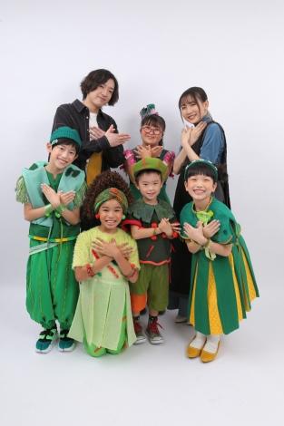 NHKのSDGs番組『ひろがれ!いろとりどり』のテーマソング「ツバメ」を担当するYOASOBI&ミドリーズ(C)NHK
