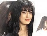 藤井夏恋、胸元チラリな黒キャミ姿